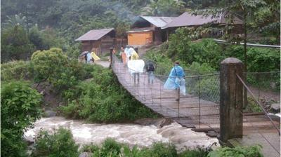 Lugging video gear in the rain (Chel, Guatemala)